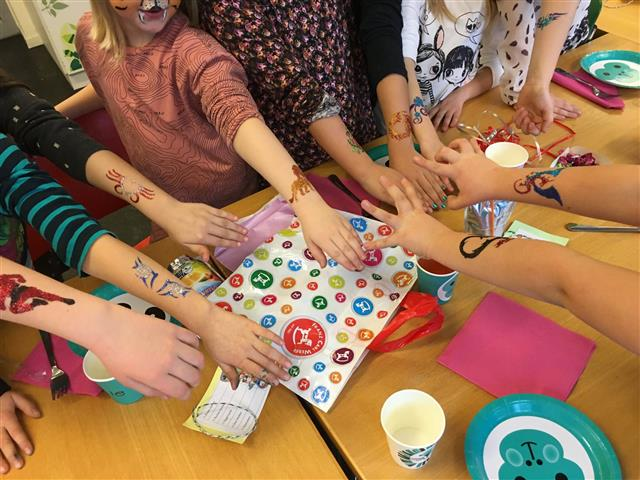 Glitzertattoos sind der Hit am Kinderfest